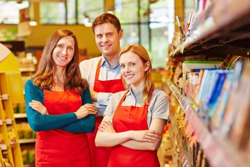 Lächelnde Mitarbeiter im Supermarkt