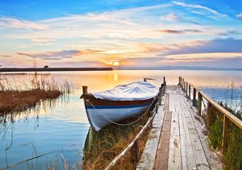 La vieja barca descansando en el lago