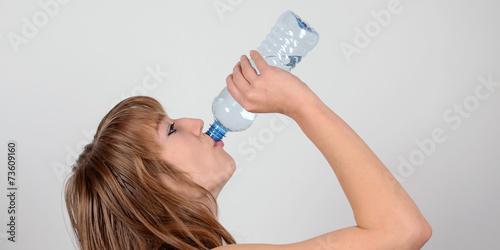 canvas print picture wasser aus flasche trinken