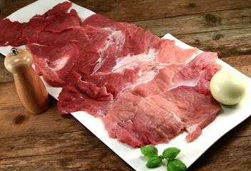 aufgeschnittenes Stück Fleisch auf zwei Tellern