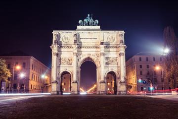 Siegestor München bei Nacht