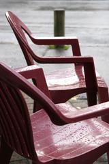 chaises sous la pluie