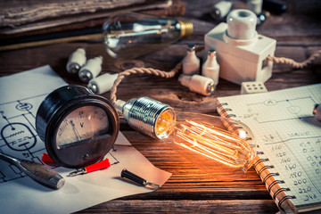 Examination of current and light bulbs in physics laboratory