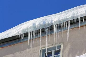 Eiszapfen auf Dach
