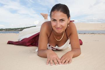 mariée allongée sur le sable chaud