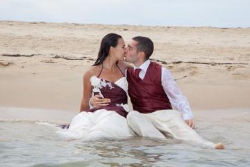 Couple mariés amoureux dans l'eau