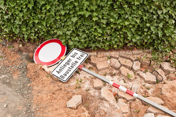 Verkehrsschild - Anlieger bis Baustelle frei - liegt am Boden
