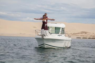 Couple mariés sur un bateau