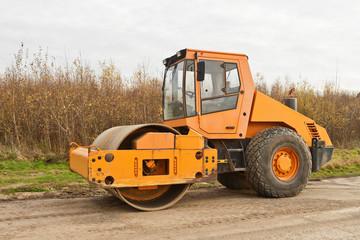 Strassenbau - Ein grosser oranger Walzenzug