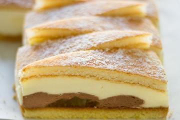Kuchen mit Birnen, Creme und Schokolade