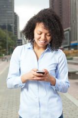 Frau aus Südamerika schreibt SMS in der Stadt