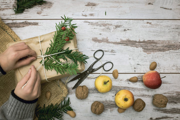 Kind packt ein Weihnachtsgeschenk ein