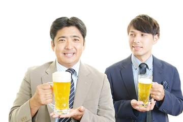 ビールを飲む笑顔のビジネスマン