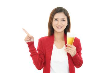 ビールを飲む笑顔の女性
