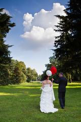 Sposi camminano su prato verde