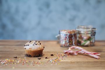Muffin al cioccolato e bastoncini di zucchero