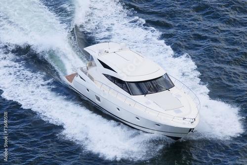 Schnellboot Yacht in Aktion - 73640518