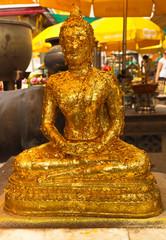 statue bouddha recouverte de feuilles d'or par les fidèles