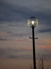 夕暮れ時の街路灯