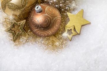 weihnachtskugeln und deko im schnee