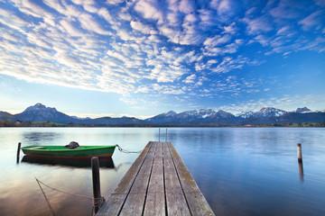 Alpensee mit Boot am Steg