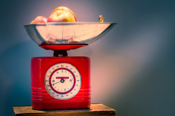 Rote Küchenwaage mit Äpfeln