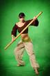 Frau beim Kampfsport mit Stange