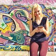 canvas print picture - Mädchen mit Smartphone in Stadt