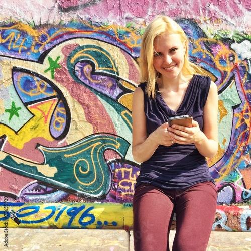 canvas print picture Mädchen mit Smartphone in Stadt