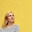 canvas print picture - Mädchen an gelber Wand