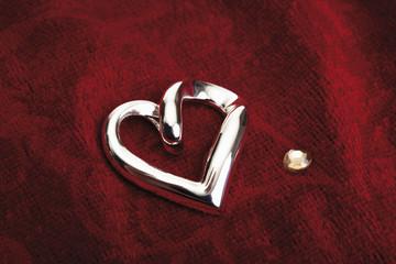 herzförmig,Herze Schmuck auf rotem Samt,close up