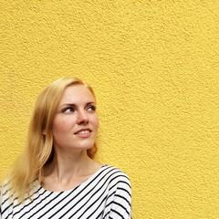 Mädchen an gelber Wand