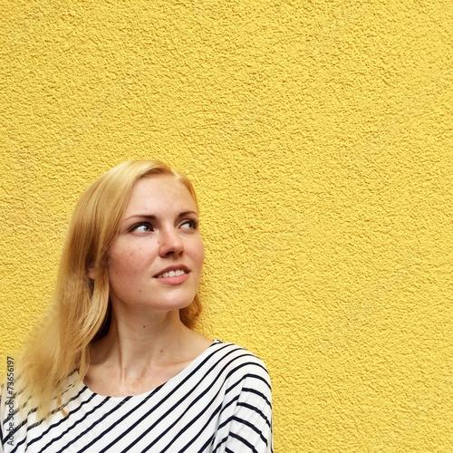 canvas print picture Mädchen an gelber Wand