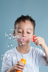 Junge macht Seifenblasen