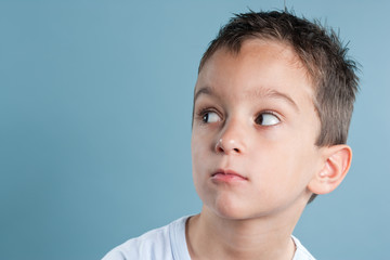 Junge schaut misstrauisch zur Seite