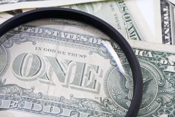 US- Dollar-Scheine durch Vergrößerungsglas zu sehen , close up