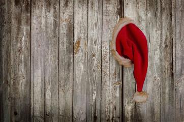 Nikolausmütze an der Holzwand