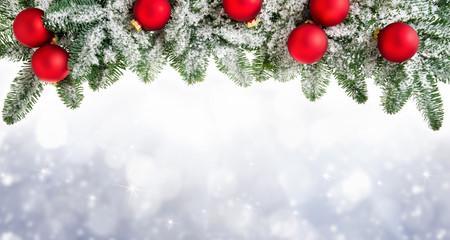 Weihnachtshintergrund mit Tannenzweigen