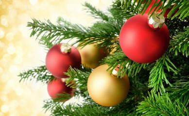 Weihnachtskugeln hängen pfiffig am Zweig