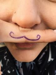 Schnurrbart auf Finger gemalt