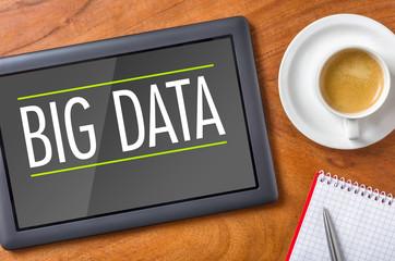 Tablet auf Schreibtisch - Big Data