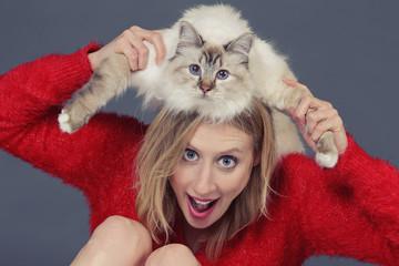 femme jouant avec chat