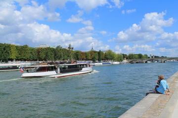 Touristes sur les quais de seine à Paris