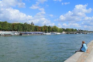 Touristes sur les quais de seine à Paris, France