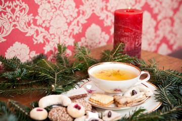 romantische Weihnachtsdekoration mit Kräutertee und Plätzchen