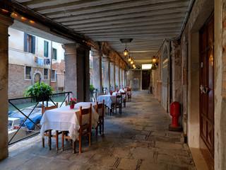 Portico con tavolini