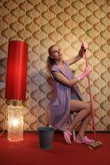 Junge Putzfrau in Kittelschürze