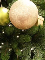 Christbaumkugeln am Weihnachtsbaum