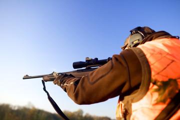 Jäger auf dem Hochsitz