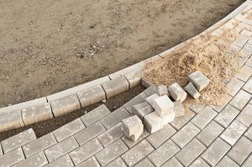 Strassenbau - Verlegung neuer Pflastersteine aus Beton